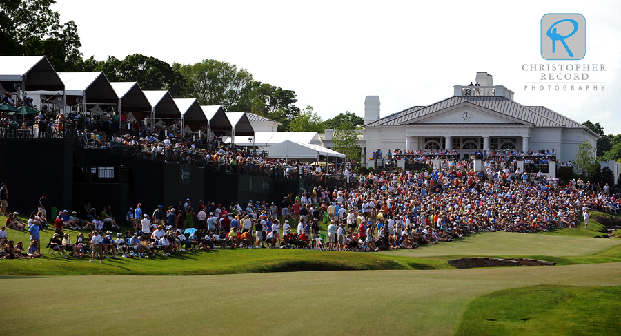 What does it look like when the golfers walk up to the 18th hole at Quail Hollow?