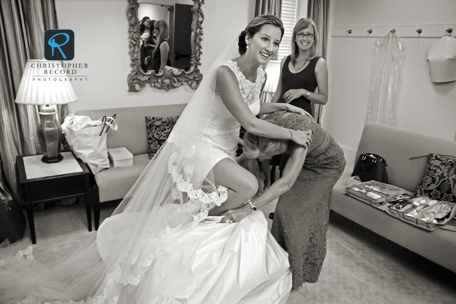 Everyone needs someone to lean on, and Laura was there as Betsy got her dress on as planner Dina Berg Blazek kept on eye on the proceedings